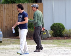 Robert Downey Jr. - leaving a Starbucks and heading to the set of 'Iron Man 3' in Wilmington on May 30, 2012 - 11xHQ 1fu6jrbY