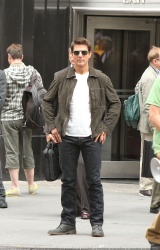 Tom Cruise - on the set of 'Oblivion' outside at the Empire State Building - June 12, 2012 - 376xHQ QGPXJZ0v
