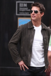 Tom Cruise - on the set of 'Oblivion' outside at the Empire State Building - June 12, 2012 - 376xHQ 7e114FRm
