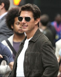 Tom Cruise - on the set of 'Oblivion' outside at the Empire State Building - June 12, 2012 - 376xHQ ICy4ZwJP