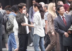 Tom Cruise - on the set of 'Oblivion' outside at the Empire State Building - June 12, 2012 - 376xHQ IbDtXtRy