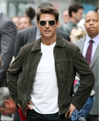 Tom Cruise - on the set of 'Oblivion' outside at the Empire State Building - June 12, 2012 - 376xHQ U7ezy7AL