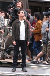 Tom Cruise - on the set of 'Oblivion' outside at the Empire State Building - June 12, 2012 - 376xHQ Lg7mZT1G