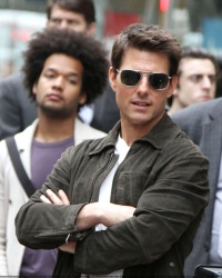 Tom Cruise - on the set of 'Oblivion' outside at the Empire State Building - June 12, 2012 - 376xHQ Nzy2TUtW
