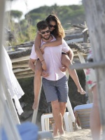 Nina Dobrev with her boyfriend Austin Stowell in Saint-Tropez (July 24) XZQrk6zg