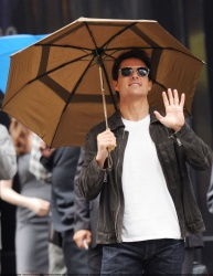 Tom Cruise - on the set of 'Oblivion' outside at the Empire State Building - June 12, 2012 - 376xHQ DEimjra7
