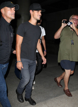 Taylor Lautner - Imagenes/Videos de Paparazzi / Estudio/ Eventos etc. - Página 38 AbjBxemg