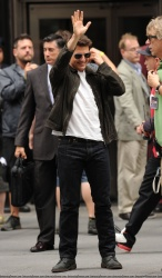 Tom Cruise - on the set of 'Oblivion' outside at the Empire State Building - June 12, 2012 - 376xHQ F13aZhJs