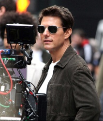 Tom Cruise - on the set of 'Oblivion' outside at the Empire State Building - June 12, 2012 - 376xHQ QkQRsmMn