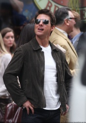 Tom Cruise - on the set of 'Oblivion' outside at the Empire State Building - June 12, 2012 - 376xHQ ZWjO2xhq