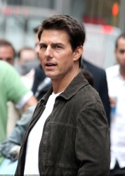 Tom Cruise - on the set of 'Oblivion' outside at the Empire State Building - June 12, 2012 - 376xHQ GD2bh0Za