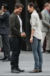 Tom Cruise - on the set of 'Oblivion' outside at the Empire State Building - June 12, 2012 - 376xHQ EubnXJKK