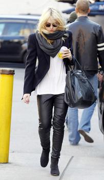 Dakota Fanning / Michael Sheen - Imagenes/Videos de Paparazzi / Estudio/ Eventos etc. - Página 5 AaiOBelA