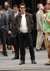 Tom Cruise - on the set of 'Oblivion' outside at the Empire State Building - June 12, 2012 - 376xHQ ZMran0KZ