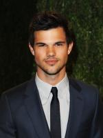 Taylor Lautner - Imagenes/Videos de Paparazzi / Estudio/ Eventos etc. - Página 38 Act9IvxF