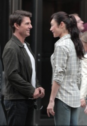 Tom Cruise - on the set of 'Oblivion' outside at the Empire State Building - June 12, 2012 - 376xHQ Y2hPfA5c