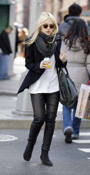 Dakota Fanning / Michael Sheen - Imagenes/Videos de Paparazzi / Estudio/ Eventos etc. - Página 5 Aaia2gmP