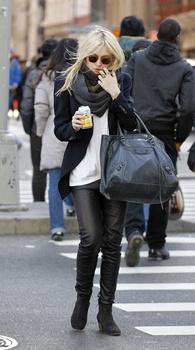 Dakota Fanning / Michael Sheen - Imagenes/Videos de Paparazzi / Estudio/ Eventos etc. - Página 5 AafuYg6s