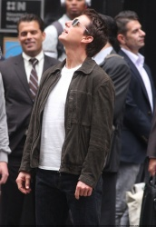 Tom Cruise - on the set of 'Oblivion' outside at the Empire State Building - June 12, 2012 - 376xHQ Yp2teN7o