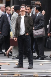 Tom Cruise - on the set of 'Oblivion' outside at the Empire State Building - June 12, 2012 - 376xHQ JAbGg7N7