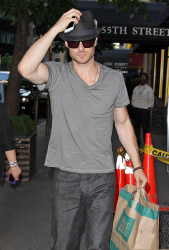 Ian Somerhalder - spotted doing some grocery shopping in NYC - May 17, 2012 - 9xHQ MNLjNOtB