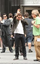 Tom Cruise - on the set of 'Oblivion' outside at the Empire State Building - June 12, 2012 - 376xHQ PZbgRrCC