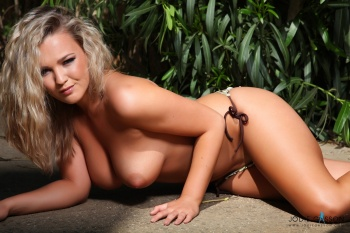 set001 Green Bikini Outside 27.10.12