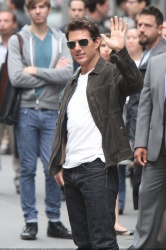 Tom Cruise - on the set of 'Oblivion' outside at the Empire State Building - June 12, 2012 - 376xHQ IMAup0BM