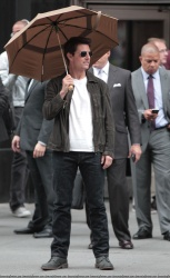 Tom Cruise - on the set of 'Oblivion' outside at the Empire State Building - June 12, 2012 - 376xHQ Z0PpHVCj