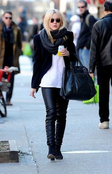 Dakota Fanning / Michael Sheen - Imagenes/Videos de Paparazzi / Estudio/ Eventos etc. - Página 5 Aavjhwf9