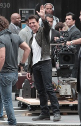 Tom Cruise - on the set of 'Oblivion' outside at the Empire State Building - June 12, 2012 - 376xHQ VzQHTUzM