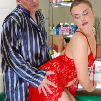 Viejo se coje a pendeja en el baño