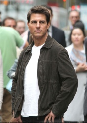 Tom Cruise - on the set of 'Oblivion' outside at the Empire State Building - June 12, 2012 - 376xHQ A4Dhm7P3