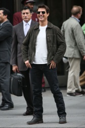 Tom Cruise - on the set of 'Oblivion' outside at the Empire State Building - June 12, 2012 - 376xHQ HXLlpZZH