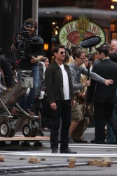 Tom Cruise - on the set of 'Oblivion' outside at the Empire State Building - June 12, 2012 - 376xHQ CwmdJiFG