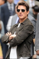 Tom Cruise - on the set of 'Oblivion' outside at the Empire State Building - June 12, 2012 - 376xHQ LrfHb26E