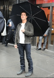 Tom Cruise - on the set of 'Oblivion' outside at the Empire State Building - June 12, 2012 - 376xHQ XcDaXMbe