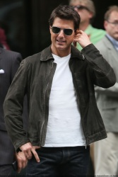 Tom Cruise - on the set of 'Oblivion' outside at the Empire State Building - June 12, 2012 - 376xHQ Pq4R6GXr
