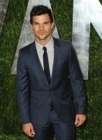 Taylor Lautner - Imagenes/Videos de Paparazzi / Estudio/ Eventos etc. - Página 38 AbiNlOZW