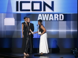 Rihanna accepts the Icon Award from her mother Monica Fenty at the 41st American Music Awards in Los Angeles 24.11.2013 50