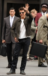 Tom Cruise - on the set of 'Oblivion' outside at the Empire State Building - June 12, 2012 - 376xHQ ZPy1ZEDr