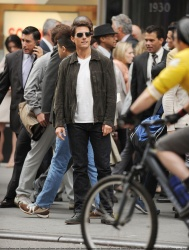 Tom Cruise - on the set of 'Oblivion' outside at the Empire State Building - June 12, 2012 - 376xHQ 1ITaEXsG