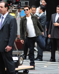 Tom Cruise - on the set of 'Oblivion' outside at the Empire State Building - June 12, 2012 - 376xHQ LpiA4WtN
