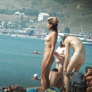 pasando un buen rato en playa nudista