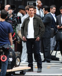 Tom Cruise - on the set of 'Oblivion' outside at the Empire State Building - June 12, 2012 - 376xHQ B5p7lKeY