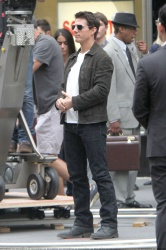 Tom Cruise - on the set of 'Oblivion' outside at the Empire State Building - June 12, 2012 - 376xHQ Ypgd0FuB