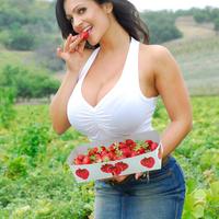 Дениз Милани, фото 4235. Denise Milani Plucking Strawberry., foto 4235