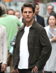 Tom Cruise - on the set of 'Oblivion' outside at the Empire State Building - June 12, 2012 - 376xHQ G8gcZmMD