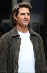 Tom Cruise - on the set of 'Oblivion' in New York City - June 13, 2012 - 52xHQ PhIcRa8i
