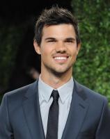 Taylor Lautner - Imagenes/Videos de Paparazzi / Estudio/ Eventos etc. - Página 38 AcnwZX3U